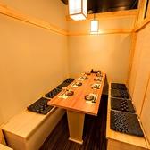 接待希望の方限定で最大4名様が座れるお席を2名様でご利用可能です。2名様でのご利用は席の最適化をはかる為5000円以上のコースからになります。アラカルトでご注文の場合は掘りごたつではなくテーブルタイプでのご案内となります。2名様用の接待個室がご利用可能!≪完全個室居酒屋 鳥万作 東京八重洲店≫