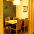 カーテンロールで区切られたテーブル席。会社の仲間やおもてなしにも最適なお席となっております。