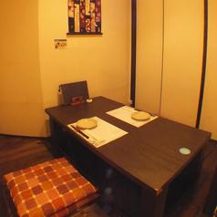 2名から4名の堀コタツの個室を5部屋ご用意してます。ふすまで仕切られた完全個室で語らいの濃厚なひとときをお過ごし下さいませ。