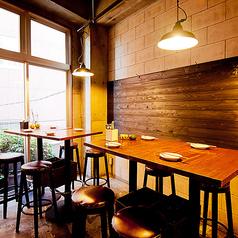 テーブル席◆3Fフロアはテーブル席でのご案内になります。小グループでの宴会、飲み会にもピッタリ。バルスタイルのウッディーなテーブル席はちょっとしたお食事にもとっても便利です★店内は明るく賑やかで、雰囲気抜群です!お気軽にお立ち寄りくださいませ♪