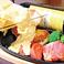 彩り野菜と厚切りベーコンのラクレットチーズかけ