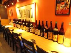 炭火を使った焼き鳥は絶品です!ワイン、日本酒はもちろん、アイスレモンサワーは何杯でもおかわりしてしまいます。カウンター席には熊本の地酒、焼酎を並べています。気になるお酒が見つかれば、スタッフまでお申し付けください。