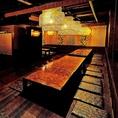 モノトーンの落ち着いた雰囲気の店内は、貸切パーティのご利用にもおすすめのおしゃれな空間☆間接照明がやさしく照らすカップルシート個室は雰囲気が和む寛ぎの個室空間♪