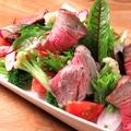 料理メニュー写真ローストビーフと無農薬野菜のサラダ