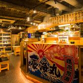 店内奥はカウンター・テーブル席をご用意。カウンターには新鮮な魚や食材を置き、オープンキッチンで見て楽しむための工夫を施しております。