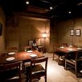 打ちっぱなしコンクリートの壁に、間接照明はお籠もり感覚を想わせる大人の秘密空間。企業の打ち上げ、同窓会など様々なシーンにご利用頂ける、着席時8名~12名様(半立食時13~20名様)でご利用可能な完全個室のお席です。周りを気にせずプライベートな時間をどうぞごゆっくりお楽しみ下さい。