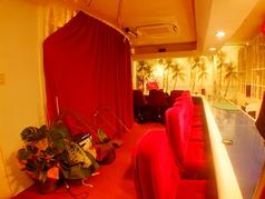 テーブル席はカーテンを仕切れば個室の様な空間に!目の前でプロマジシャンのマジックを楽しんで頂けます。[岡山/岡山市/岡山駅/マジック/マジックカフェ/タラッサマーレ/マジシャン/手品/飲み放題/サプライズ/記念日/誕生日/女子会]