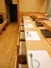 檜のカウンター席でゆっくりとお寿司を楽しむ。旬のネタをご用意してお待ちしております。