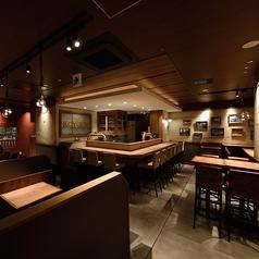 ビールカウンターのあるカウンター席と通常のカウンター席をご用意♪横並びのお席です!お二人様はもちろんお一人様のお客様にも人気ののんびりできるお席です♪お荷物も壁掛けができるようになっています!