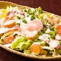料理メニュー写真カリカリベーコンと半熟卵のシーザーサラダ