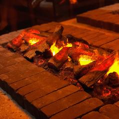 店内の中央にはシンボリックな暖炉が。楽しい時間を優雅に過ごせます。