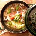 料理メニュー写真エビと国内ファームでとれたて野菜のアヒージョ~バケット添え~