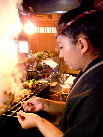 個性豊かな味わいもつを炭焼き串で頂く…グルメ通りのもつ串専門店【隅火】♪