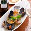 料理メニュー写真ムール貝と白ハマグリの白ワイン蒸し バゲット添え