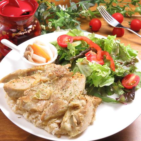 ハーブチキンと玄米ご飯のプレート