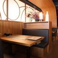 [6F:テーブル席]2名様用のテーブル席をご用意しています。ナチュラルな木で囲まれた落ち着いた空間は、デートにオススメです。