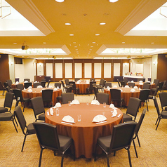 上階宴会場を無料でご使用可能。マイク・スピーチ台、プロジェクターや音響設備も無料でご利用可能。30名様~最大120名様迄対応出来ます。