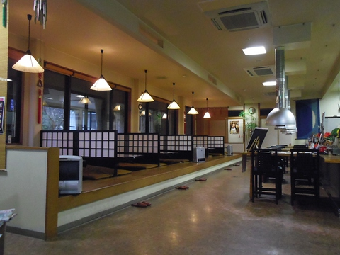 広々とした店内でゆったりのんびり日本海の新鮮な魚や季節料理を堪能できるお店。
