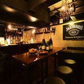 店内中央にあるハイテーブル・ハイチェアー席カジュアルにお酒やお料理を楽しめます。ハイチェアーは足長効果も絶大な為、デートにもおすすめです。バーテンダーが作るお酒をとことんお楽しみ下さい♪