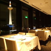 奥には20名様程度までOKのテーブル個室も。
