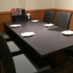 テーブル席は広々としているので荷物が多くても安心♪ゆったりとご利用いただけます。