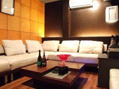 【個室2】人気の白いふかふかソファー席♪