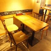 1F開放的な空間のテーブル席。