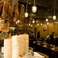 お一人様やカップルのお客様にオススメのカウンター席はシェフが調理する所を間近で見る事が出来ます。シェフの卓越した技をご覧になりながら、美味しい中華とワインをどうぞ