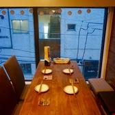 テーブル席2名から6名様。大きな窓際のお席は季節の移り変わりを感じられます。デートから女子会まで多様にご利用ください。
