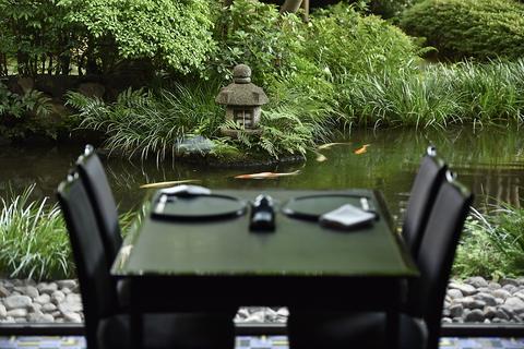 四季折々を楽しめる日本庭園を望む個室や、落ち着いた雰囲気の広間で、本格会席を。