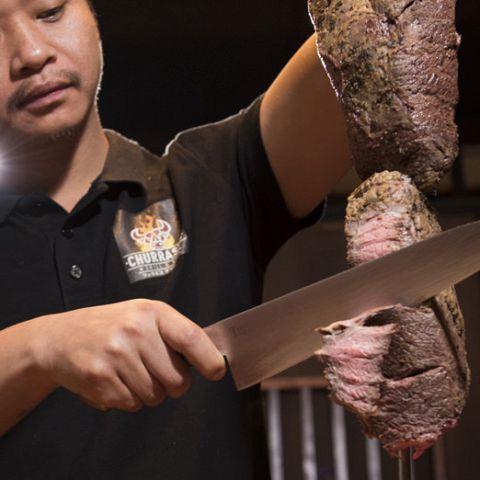表面を焼き上げることで旨味を凝縮させた牛赤身のシュラスコ。溢れる肉汁、肉の柔らかさは抜群です!赤ワインとの相性もピッタリです!お肉を焼き上げスライスした自家製ローストビーフ!お肉の味が楽しめる定番の一品です!ご予約はお早めにお願いいたいます。『女子会 宴会 イタリアン料理 2次会 シュラスコ』