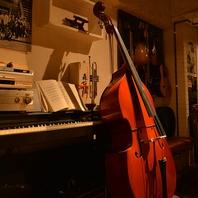 楽器が飾られた店内。