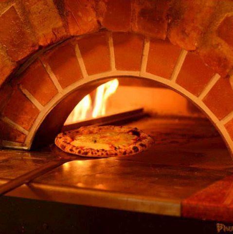 """様々なお料理をテーブル一杯に並べてほしいので、ピッツアのレギュラーサイズは敢えて小ぶりの7インチ(18cm)。小麦粉、水、ソース、チーズ、具材等もとことんこだわり重厚感たっぷりの石窯で焼きあげられた""""COCORICO""""ならではのピッツァはモチモチの生地でふんわり軽い食べ心地です。"""