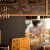 ワインを嗜むお洒落なカウンター席。お1人様から、デートや記念日にもご利用いただけます。落ち着いた雰囲気の店内でイタリアンをお楽しみください。