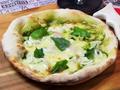 料理メニュー写真シーフードバジルピザ
