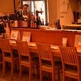 オープンカウンターなのでスタッフとの距離も近く、その日おすすめの料理を聞きながら美味しいお酒をお楽しみください。
