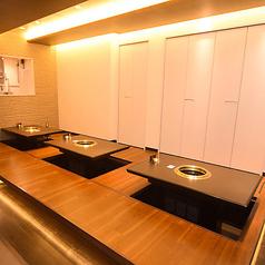 会社の仲間と、親しい友人と、ご家族と一緒に温かい食事を囲んで過ごす至福のひととき。テーブル間の間仕切りを活用して、レイアウトの変更も可能です◎アットホームな店内で、美味しい韓国料理をお楽しみください♪