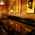 3辺が壁に囲まれたプライベート感のあるテーブル席。片側がソファ席となっておりますので、ごゆっくりとお過ごしいただけます。様々な飲み会や宴会に気軽に使っていただきやすいお席。