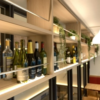 世界各地から仕入れるワインは常時25種以上ラインナップ