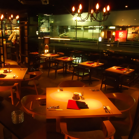 開放感のあるお洒落な店内で、生パスタやグリル料理などをどうぞ。