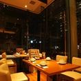 大きなガラス窓で開放感溢れる18名様個室。夜はキレイな夜景が一望できる特等席!
