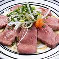 """当店は『牛たん専門店』として、料理や調理法に最も適した""""たん""""の部位や種類を使い分けています。また仕入れにもこだわり、牛たんは芝浦の食肉卸市場内にある専門の業者から熟練の目利きで選ばれた牛たんを仕入れます。こだわり抜いた""""牛たん料理""""をご賞味ください。"""