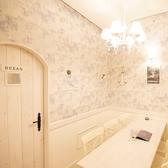 リゾートホテルの1室ような個室空間