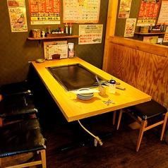 【1F】テーブル席(6名様掛け)レジ横のスペースは4名様と6名様のテーブルが3卓ずつ並んだお席となっています。前後には仕切りがあり、テーブル間には広い通路もありますので、周りを気にせずお食事を楽しんで頂けます。