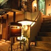 アンデルセンから徒歩1分!本通り裏の道に見える看板が目印。おしゃれな階段を上がって、ようこそ、大人の隠れ家へ