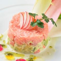 料理メニュー写真マグロとアボカドのワサビクリームソース