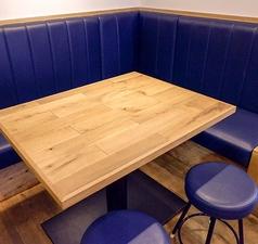 テーブルを囲めるソファー席♪