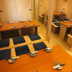 間接照明がもてなす安心の落ち着き空間。全席個室しかなく和の雰囲気と都会には少ない青の融合です。落ち着きのある空間で宴会を行って貰いたく、京都をイメージした空間を創りました。造りは内側の襖は少し茶色く、外側の襖は緑色で作り、都会にはない幻想的な空間を創ることに専念致しました。是非当店「海舟」へどうぞ