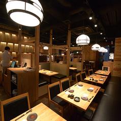 【テーブル席/2名~16名様】ご利用人数に合わせてテーブル席は自由にレイアウトOK!最大16名様迄収容可能な広々空間は飲み会、ご宴会にもピッタリです♪