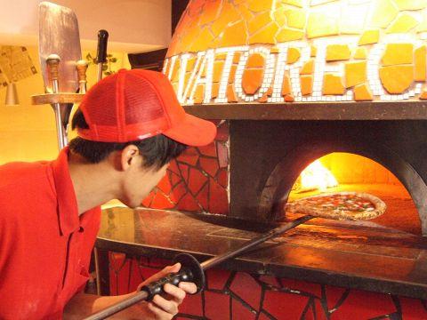 自慢の薪窯で焼き上げたアツアツの本場のナポリピッツァをどうぞ♪